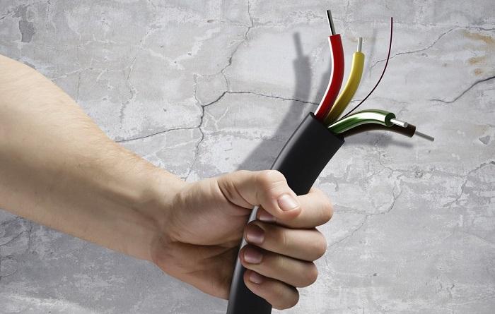 кабель в руках
